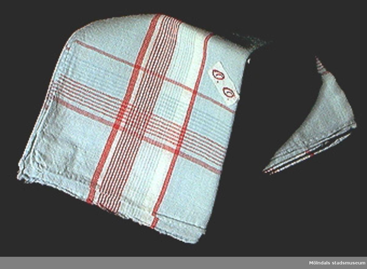 Blå näsduk med röda och vita ränder.