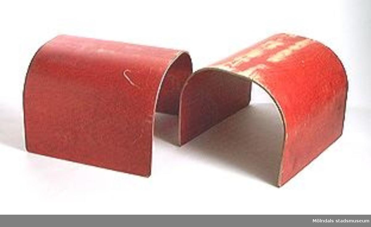 Byggbar lektunnel i tre delar, rödfärgad pressad plywood.