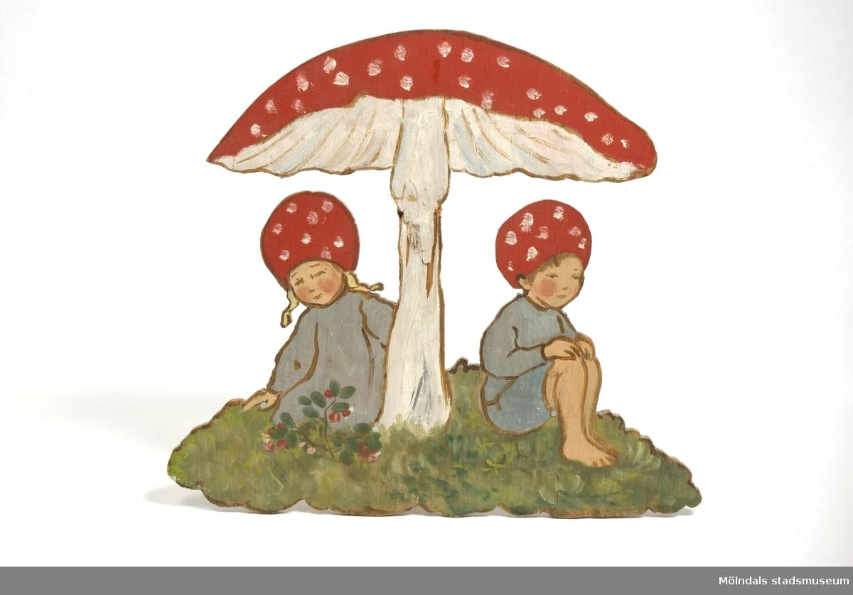 """Lövsågad och färglagd träfigur. Motivet är hämtat från Elsa Beskows """"Tomtebobarnen"""". Kommer från Bosgårdens Förskola. Tillverkad av Ingrid Hedlund(?)."""
