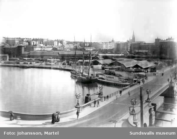 Bilden tagen från Kungsholmen med utsikt över Kungsbron, Norra station, Norra Bantorget, I bakgrunden syns Johannes Kyrka och Norra Latin. bl.a. Negativet är skadat och flammigt men innehåller en mycket informativ bild.
