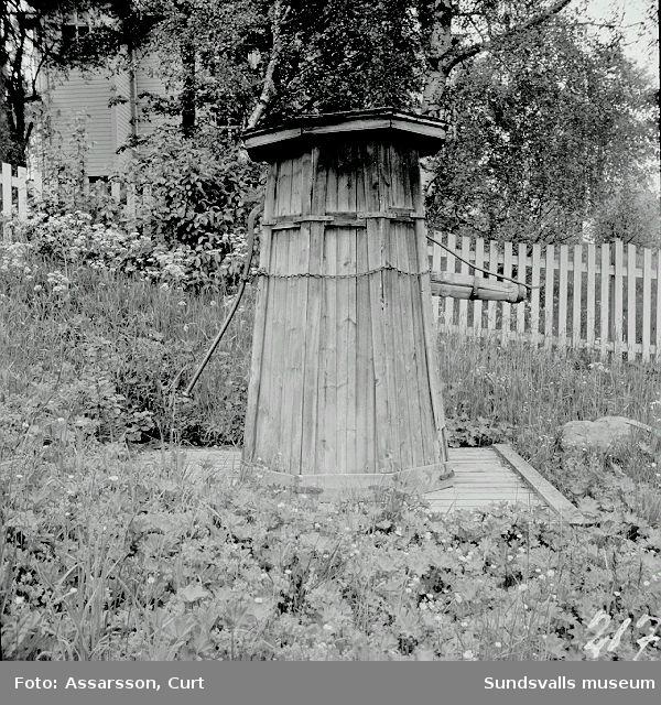 Gammal vattenpump vid landsvägen i Skönsberg.