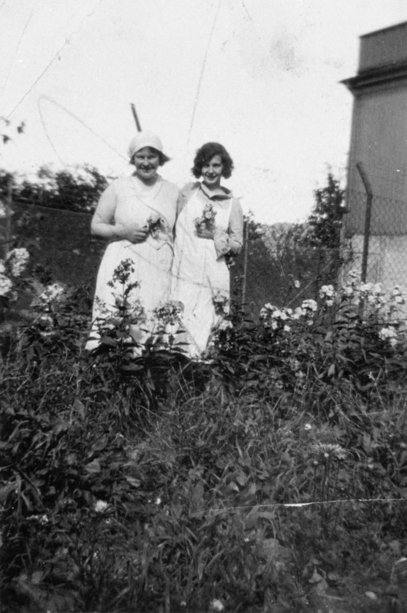 Till vänster i bild står Dagmar, kokerska och till höger Judith Karlsson, köksbiträde på Kärra Hökegård, försörjningsinrättning.Kärra Hökegård var ett försörjningshem för såväl senildementa som psykiskt sjuka, utvecklingsstörda och ensamstående mödrar. Verksamheten försvann i och med att Lackarebäckshemmet stod klart 1951.