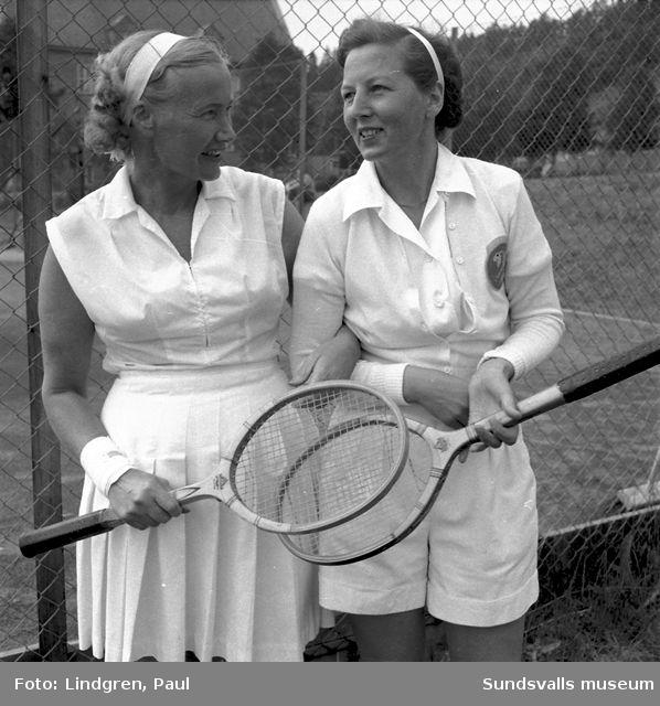 Två kvinnliga tennisspelare.