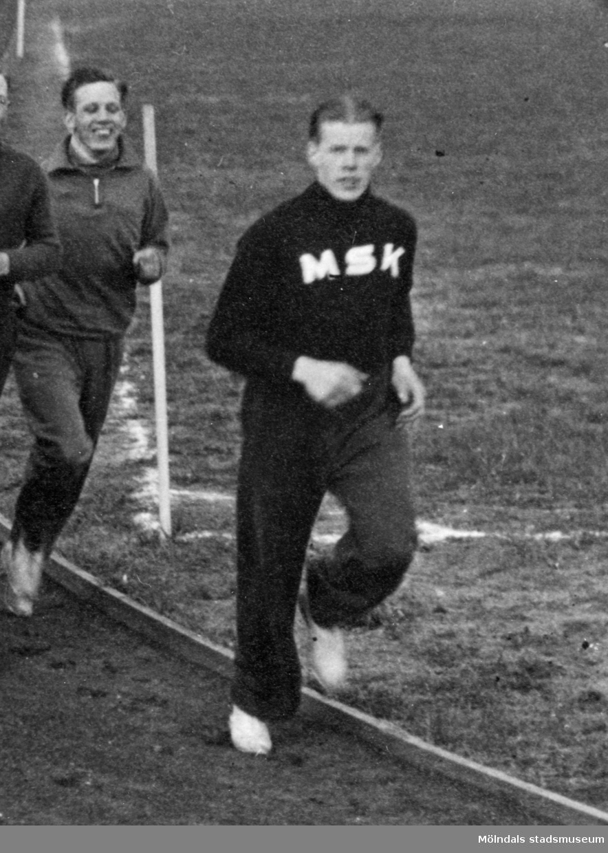Idrottsföreningen MSK (Mölndals sportklubb) löptränar på Kvarnbyvallen i Mölndal 1935.