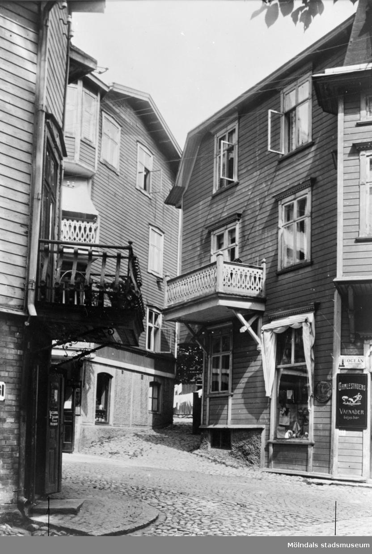 Frituna, Kvarnbygatan 23, 25 i Mölndal. Husen har även adressen Trädgårdsgatan 1 och 2. Till vänster ses Eneborgs speceriaffär och till höger Anna Olssons manufaktur. Fotot ingår i en serie som togs till göteborgsutställningen 1923.