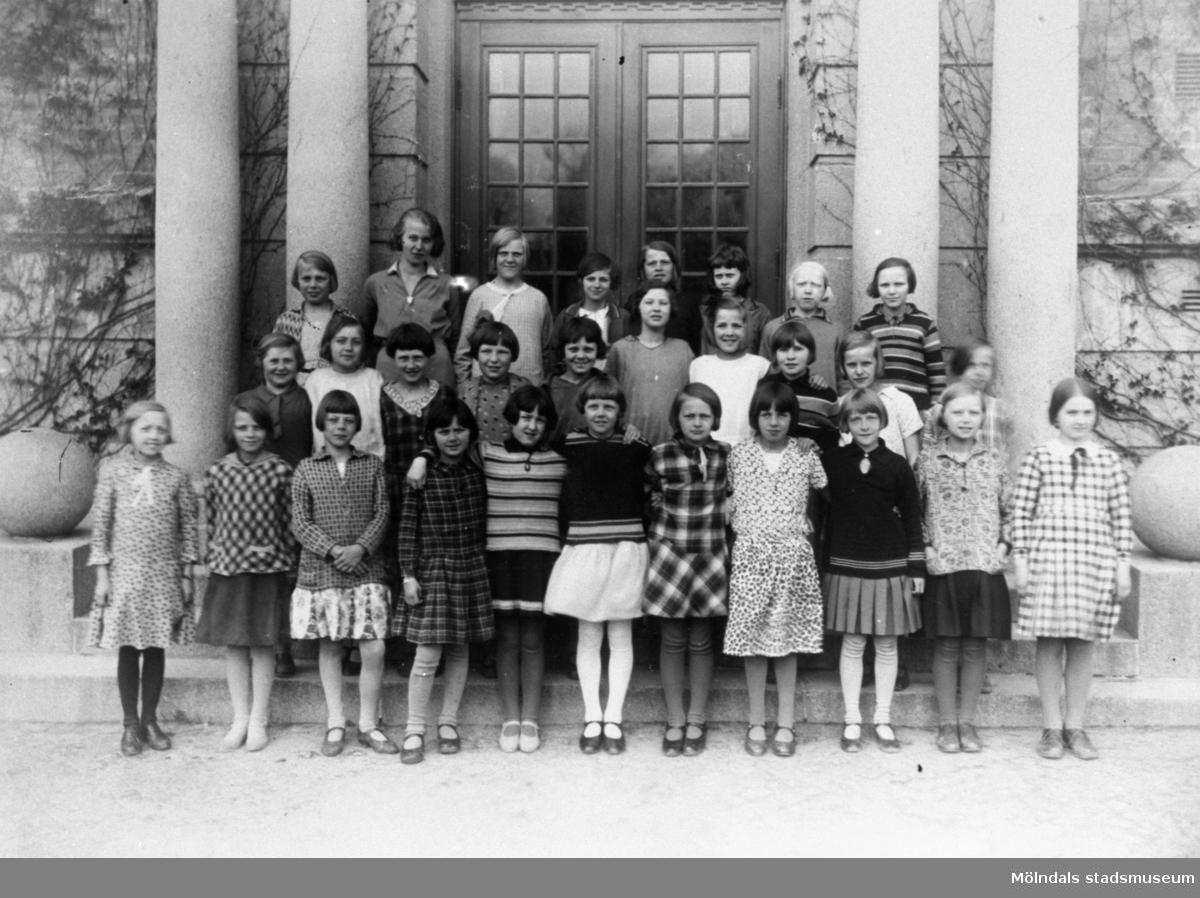 Flickor i fjärde klass, stående framför Centralskolans port i Mölndal år 1931.