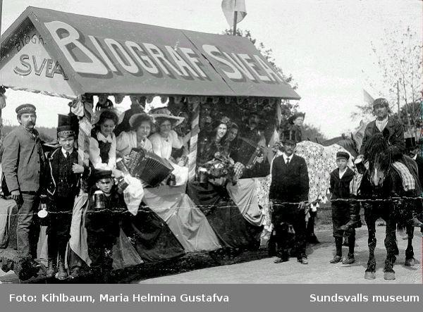 Reklam för Svea-biografen. Män, kvinnor och barn, musikinstrument och häst.