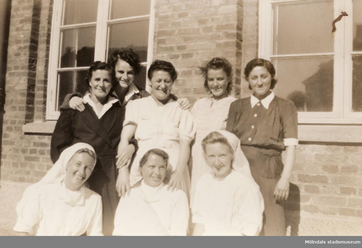 """""""Karantänsförläggning"""" på Kvarnbyskolan för flyktingar från koncentrationsläger i Tyskland 1945. Fem kvinnliga flyktingar och tre sköterskor."""