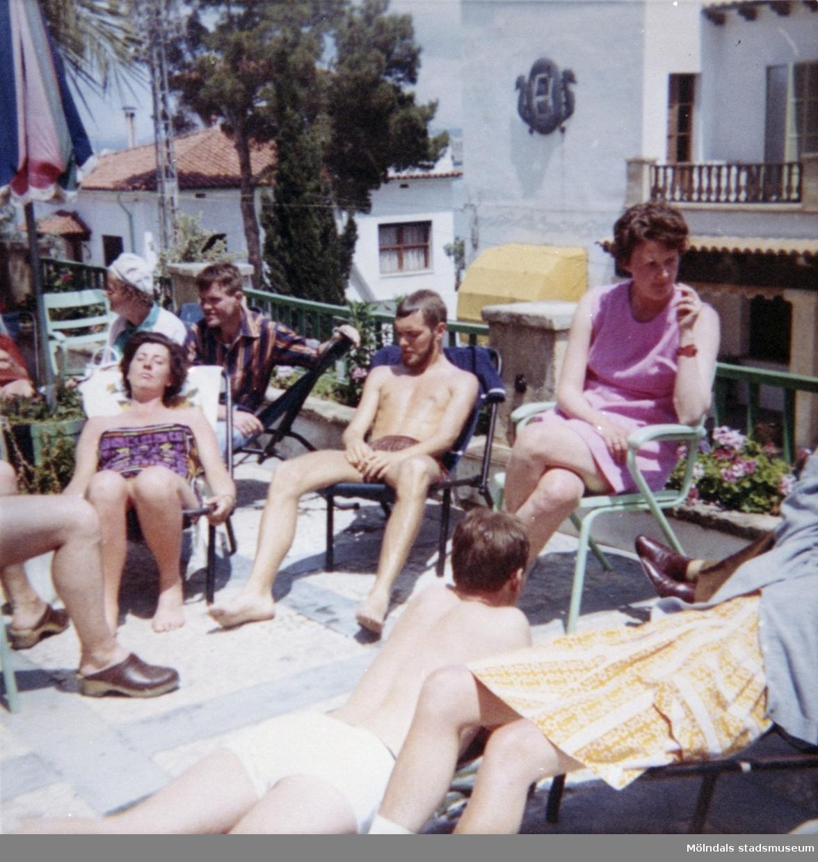 Solande på en terrass. Semesterresa med elever från Streteredshemmet på 1970-talet.