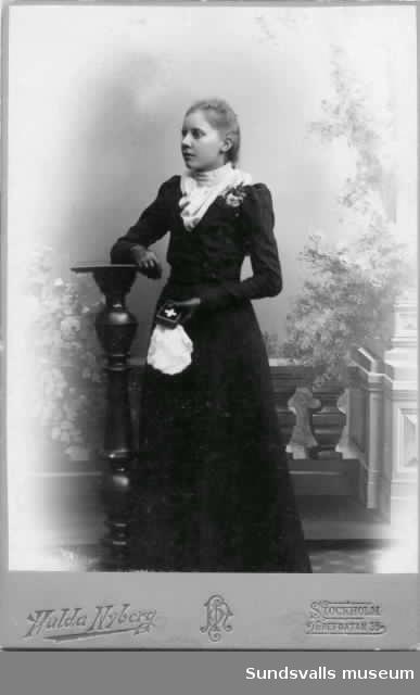 Konfirmationsbild föreställande Anna Charlotta Elisabet Cederlöf f. 1884-11-20 i Asker, Örebro län och död 1956-06-22 i Timrå. Ogift. Det andra porträttet visar samma person i vuxen ålder.
