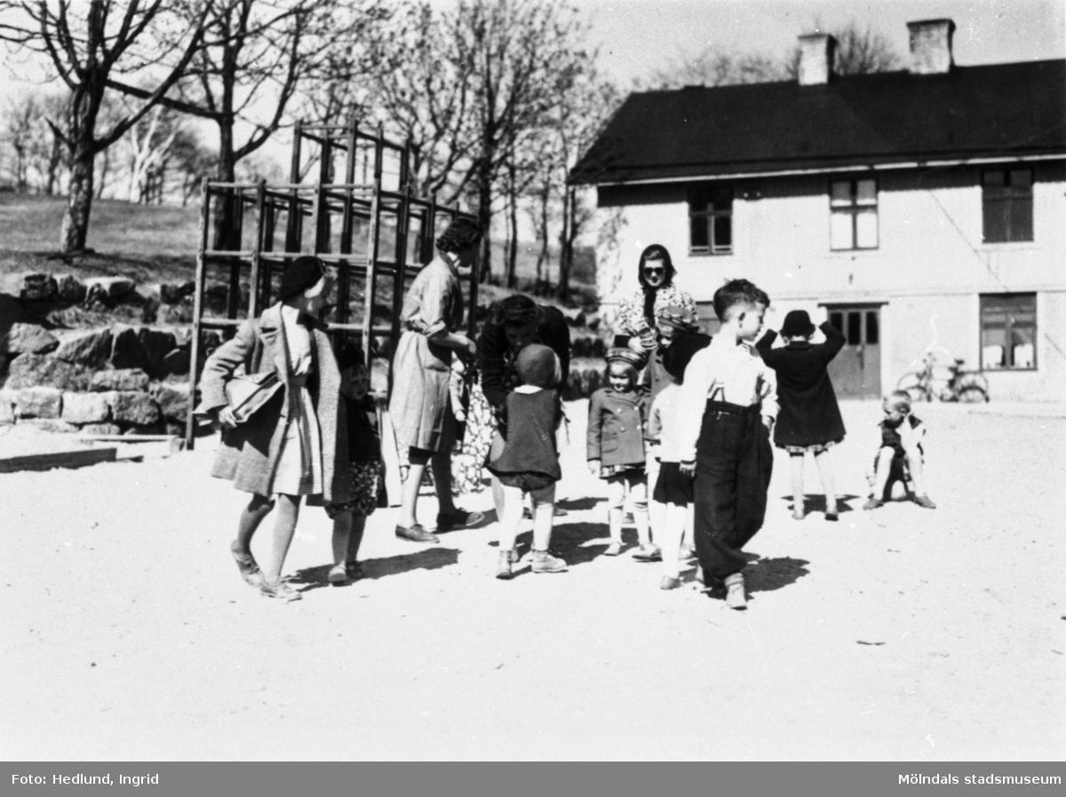 Bosgårdens barnträdgård 1938-1945. Lärare och barn som är utomhus.
