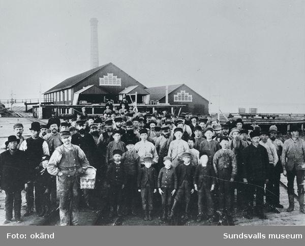 Okänt sågverk, gruppbild av arbetarna.