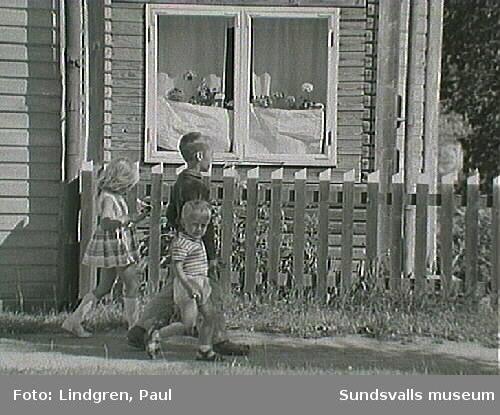 Motiv med barn i Södermalmsmiljö. Taget i samband med Södermalmsinventeringen 1963. Utsnitt av bild (hela negativet se bild 2).