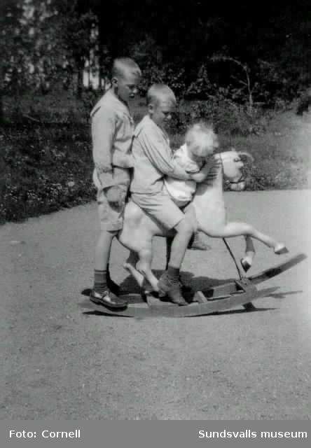 Jan, Elias och Guj på gunghästen.