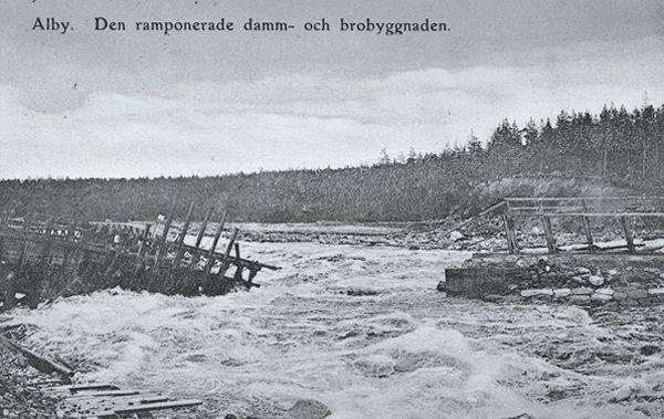Den ramponerade damm-och brobyggnaden i Ljungan vid Alby. Vykortet daterat 1907-06-14.
