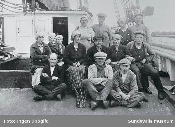 Gruppbild av stuveriarbetare ombord på ett fartyg.