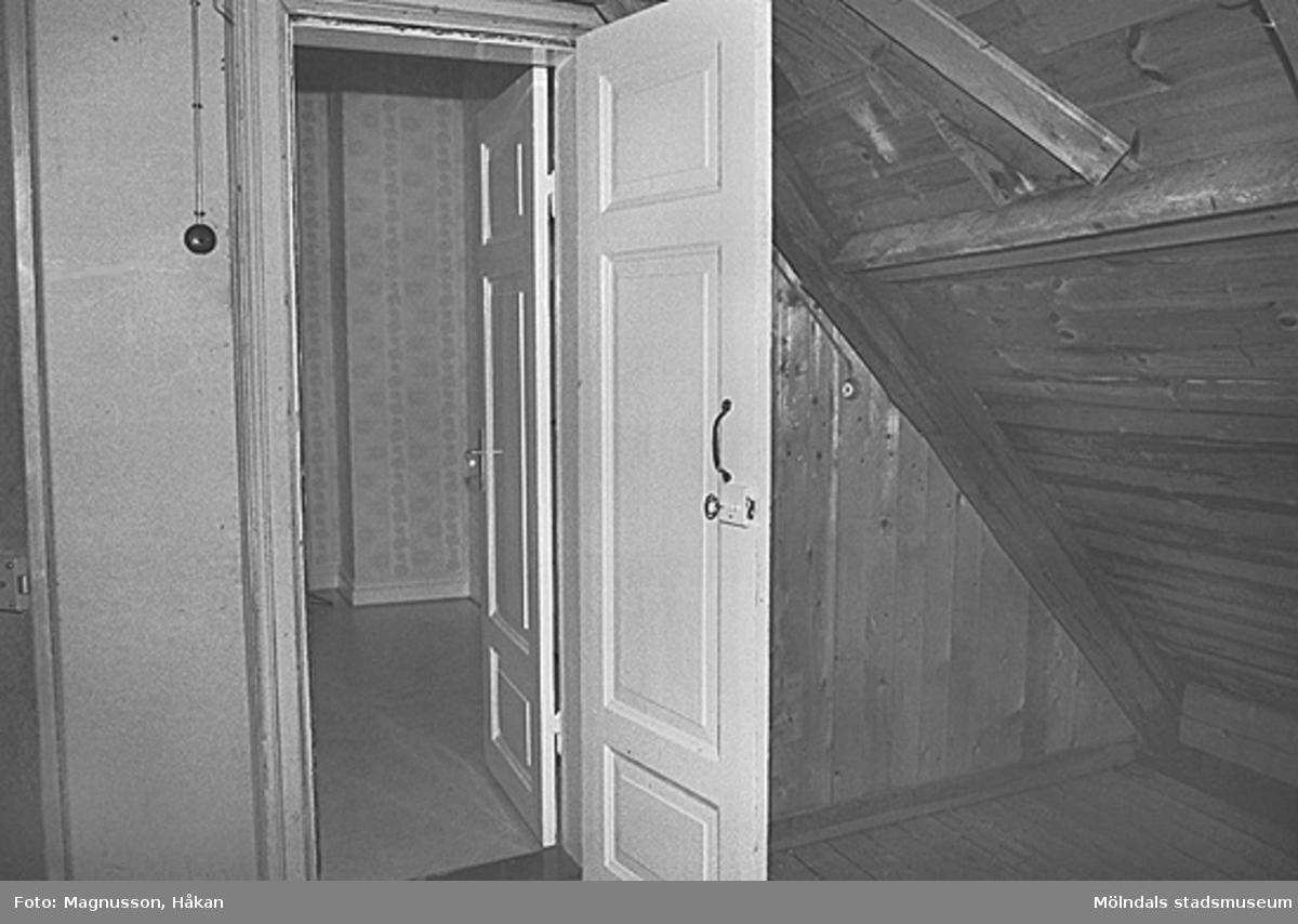 Byggnadsdokumentation inför rivning. En dörr i Kållereds station på Våmmedal 3:135 i Kållereds centrum, februari 1991.