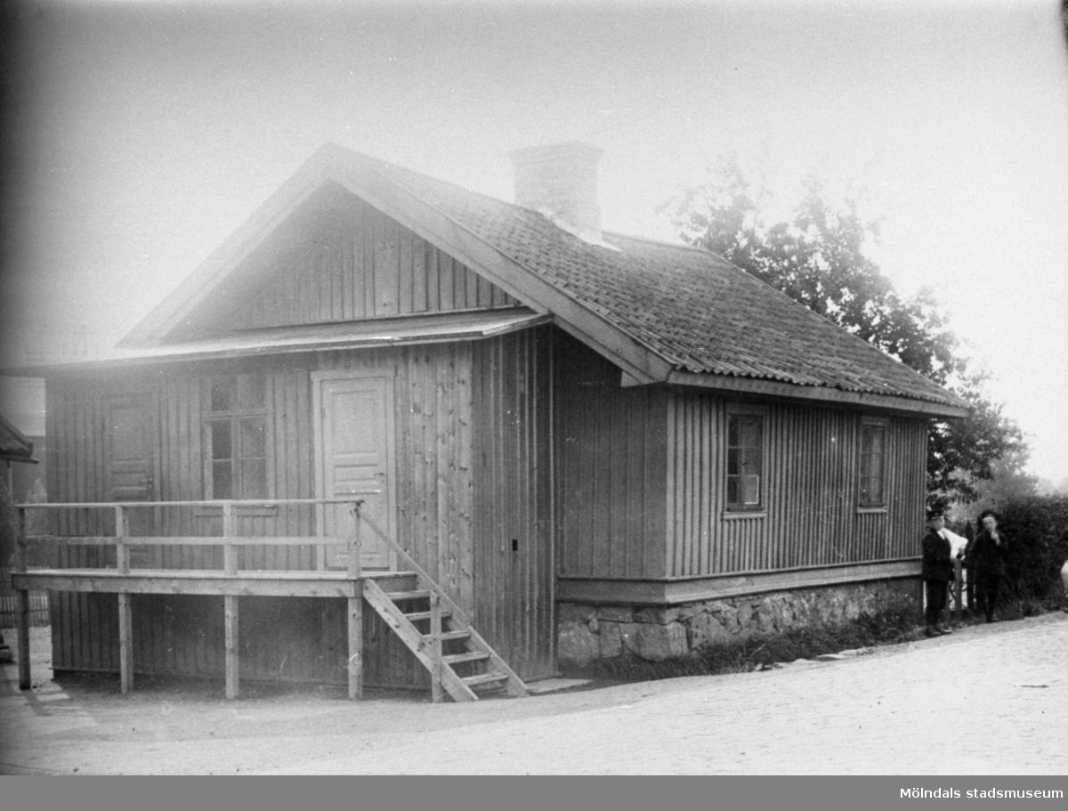 Gamla Krokslättsskolan i början av 1900-talet. Den låg mittemot Krokslätts fabriker på å-sidan (mellan Göteborgsvägen och Mölndalsån). Var tidigare bostadshus. Huset flyttades när Mölndalsvägen breddades och finns nu som sommarstuga i Halland. Nya Krokslättsskolan byggdes 1911.
