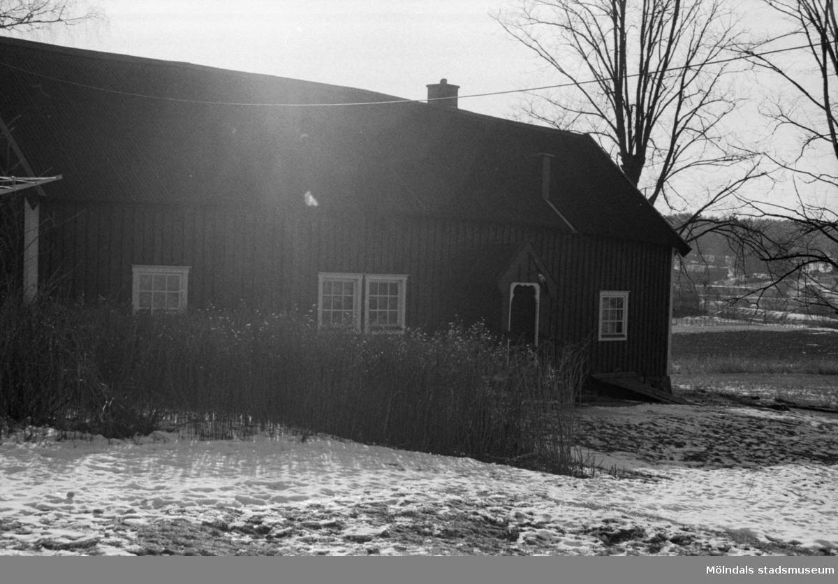 """""""Gunnes"""" i Hällesåkers by, 1987-09-13. Ladugården är riven men manhuset finns kvar., OBS! Negativet är solskadat."""
