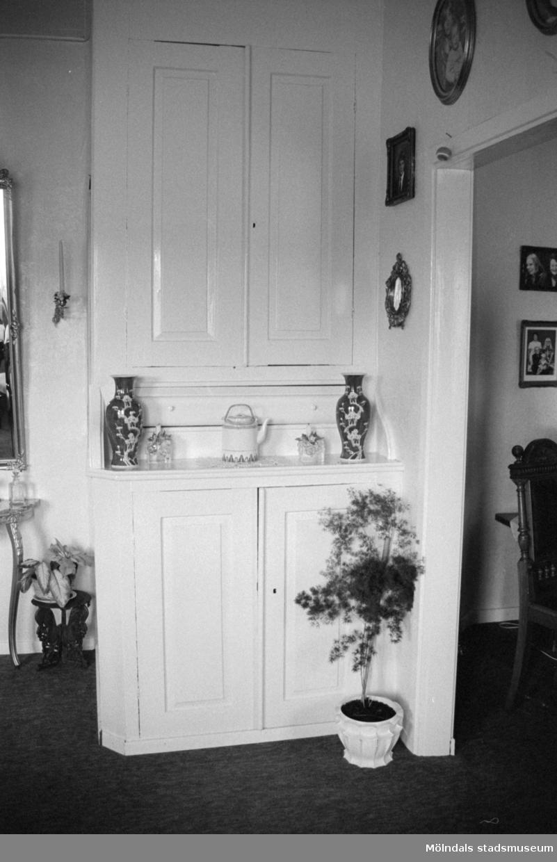 Interiör från Kongegården Johannesfred i juni 1987. Huset byggt ca 1870. Inköpt av släkten (Ingrid Karlssons?) 1900. Fogdegård i mitten av 1600-talet.Byggnadslov/rivningsansökan.