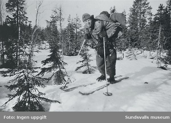 """""""Baggböle skyttefelt om vintern 1945. Pakningen er ofte större enn karene."""" (Bildtext i fotoalbum. Ägare Emil Tessem, Steinkjer.)"""