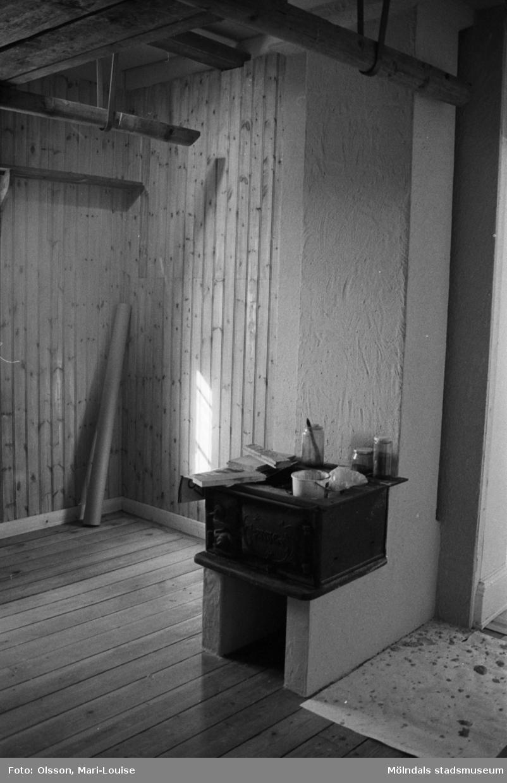 Interiörbilder från Mölndals museums basutställning under dess uppbyggnad år 1987. Snickeriarbeten i museet.