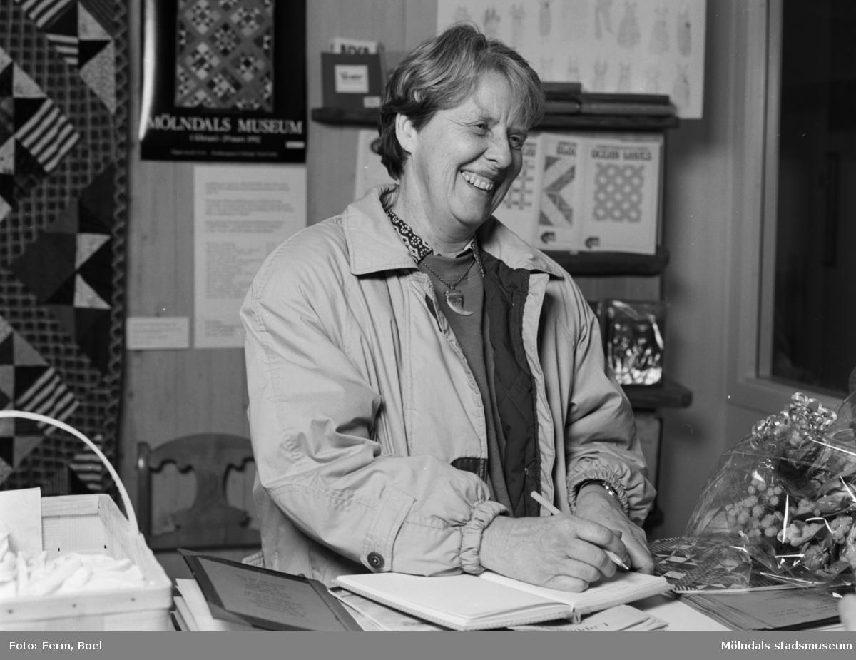 """Interiörbilder från Mölndals Museums utställning """"Lapptäcken, en kulturskatt"""" 1 feb - 29 mars 1992. Den 5000:e besökaren, Gertrud Eide."""