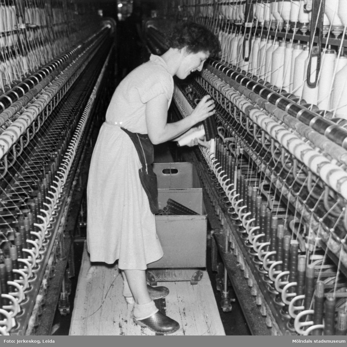 Elsy arbetar vid en spinnerimaskin på Krokslätts fabrik, 4:e våningen, 1958.