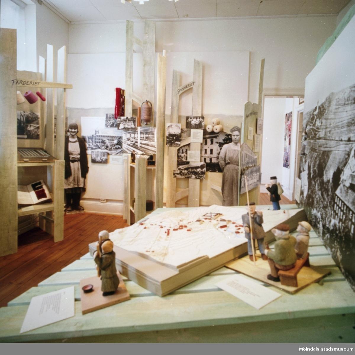 """Fem bilder som visar delar av utställningen """"Textilen i Krokslätt, Annestorp och Mölndals Kvarnby"""". På Mölndals Museum 1993 med bl a Harry Bergmans """"gubbar"""", väggbilder och husmodeller."""