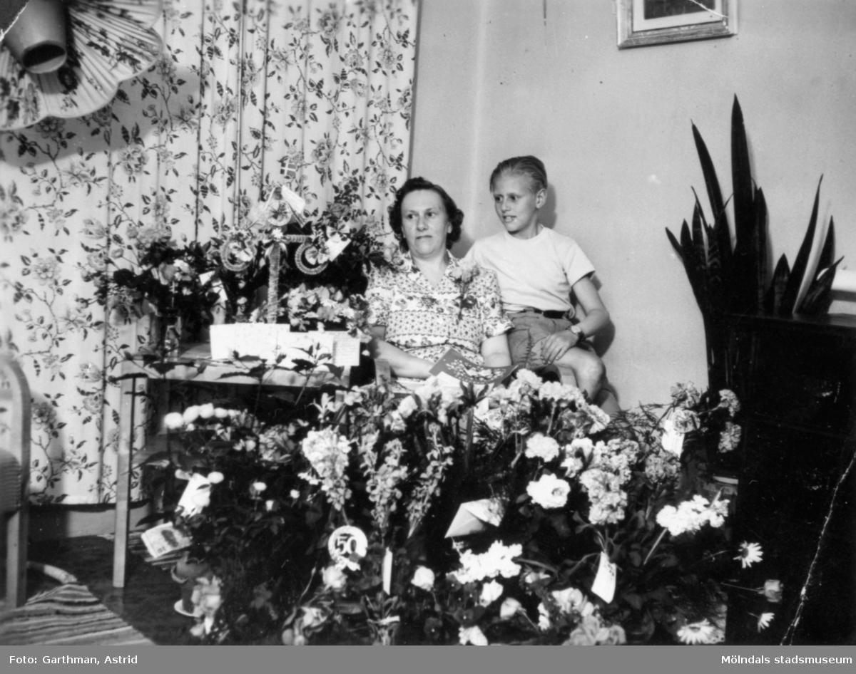 uppvaktning 50 år Uppvaktning för Alma Karlsson som fyller 50 år. Bredvid sitter  uppvaktning 50 år