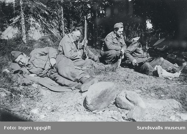 """""""I vilen må våpnet sees over.""""  (Bildtext i fotoalbum. Ägare Emil Tessem, Steinkjer.)Våren 1945."""