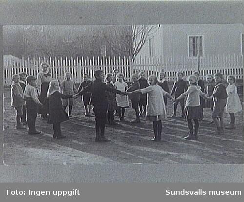 Ringlekar framför Elimkapellet, som fick användas som tillfälliga skollokaler  i Matfors på 1920-talet. Elimkapellet stod mitt emot Yllefabriken där nu (1992) Ljungans hyreshus finns.