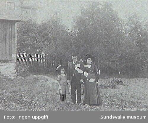 Tre generationer. Torkel Bobergs morfarsmor, morfar och mor(Elin, f 1906).