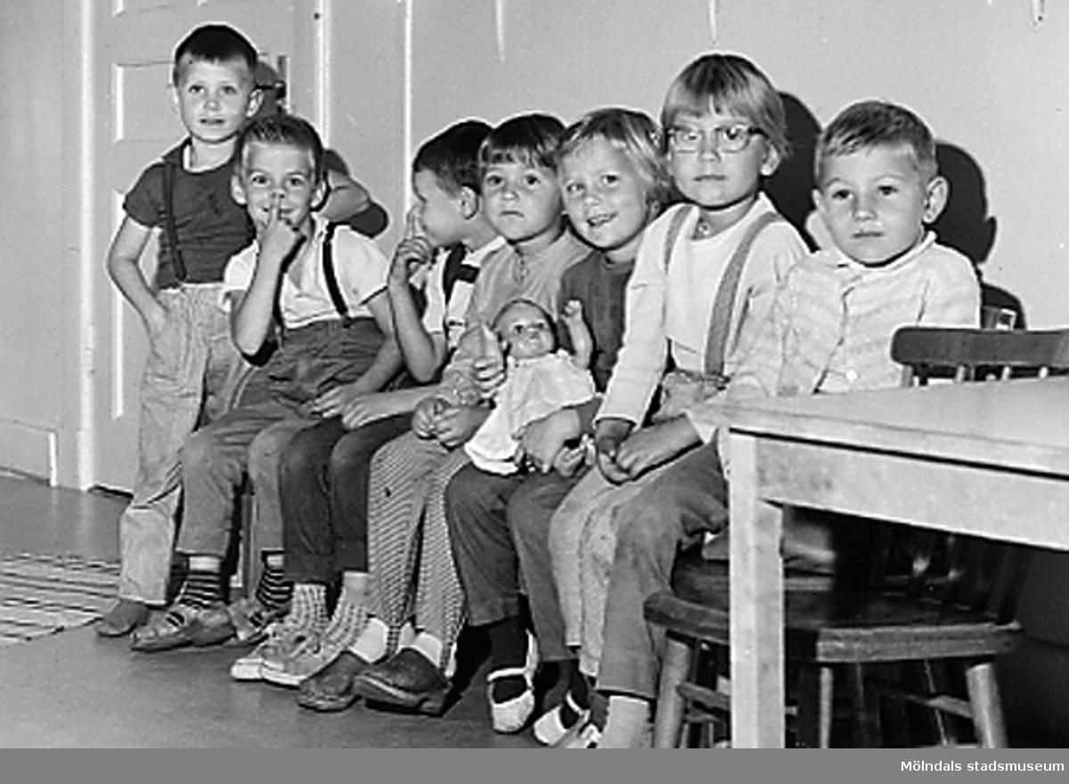 En grupp barn som sitter på rad vid Holtermanska daghemmet 1953.