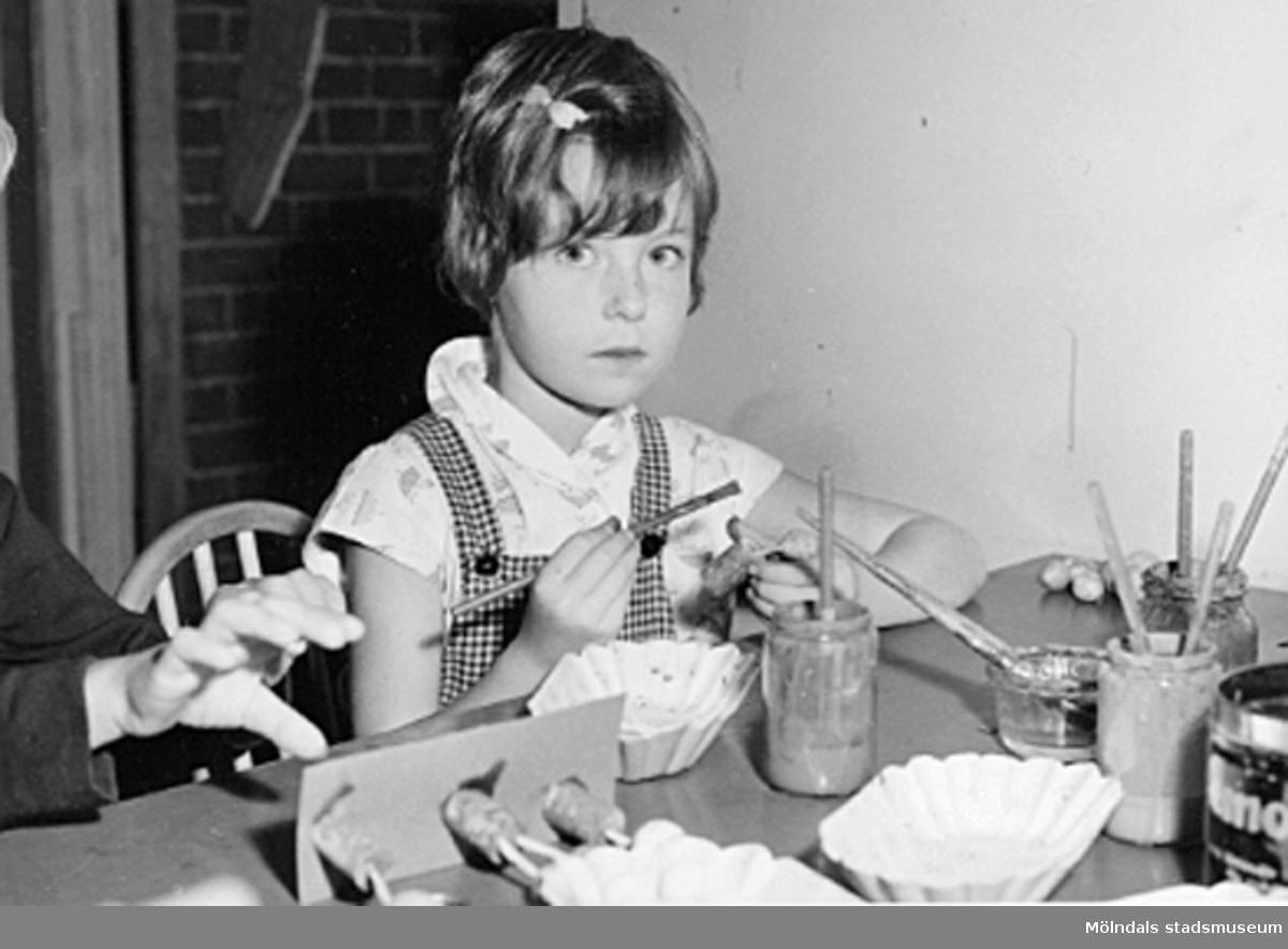 En flicka målar och pysslar. Holtermanska daghemmet 1953.