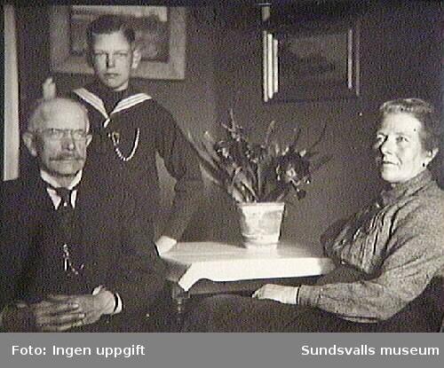 "Text på fotografiets baksida: ""Den 5 juni 1922. Betti + Henrik Wåhlstedt + sonen Carl-Henrik"""