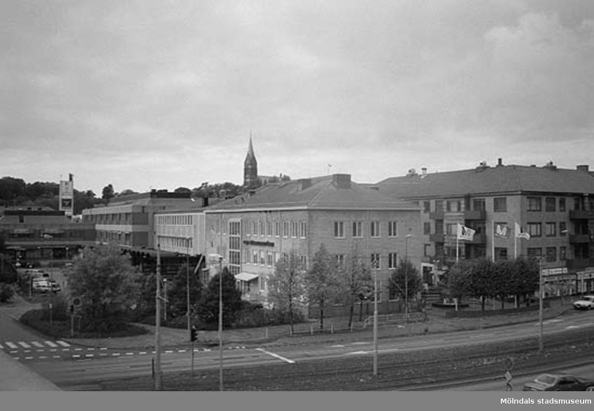 Till vänster skymtar Broplatsen. Emellan de två byggnaderna till höger startar Brogatan. Mölndalsbro i dag - ett skolpedagogiskt dokumentationsprojekt på Mölndals museum under oktober 1996. 1996_0950-0965 är gjorda av högstadieelever från Kvarnbyskolan 9A, grupp 3. Se även 1996_0913-0940, gruppbilder på klasserna 1996_1382-1405 samt bilder från den färdiga utställningen 1996_1358-1381.