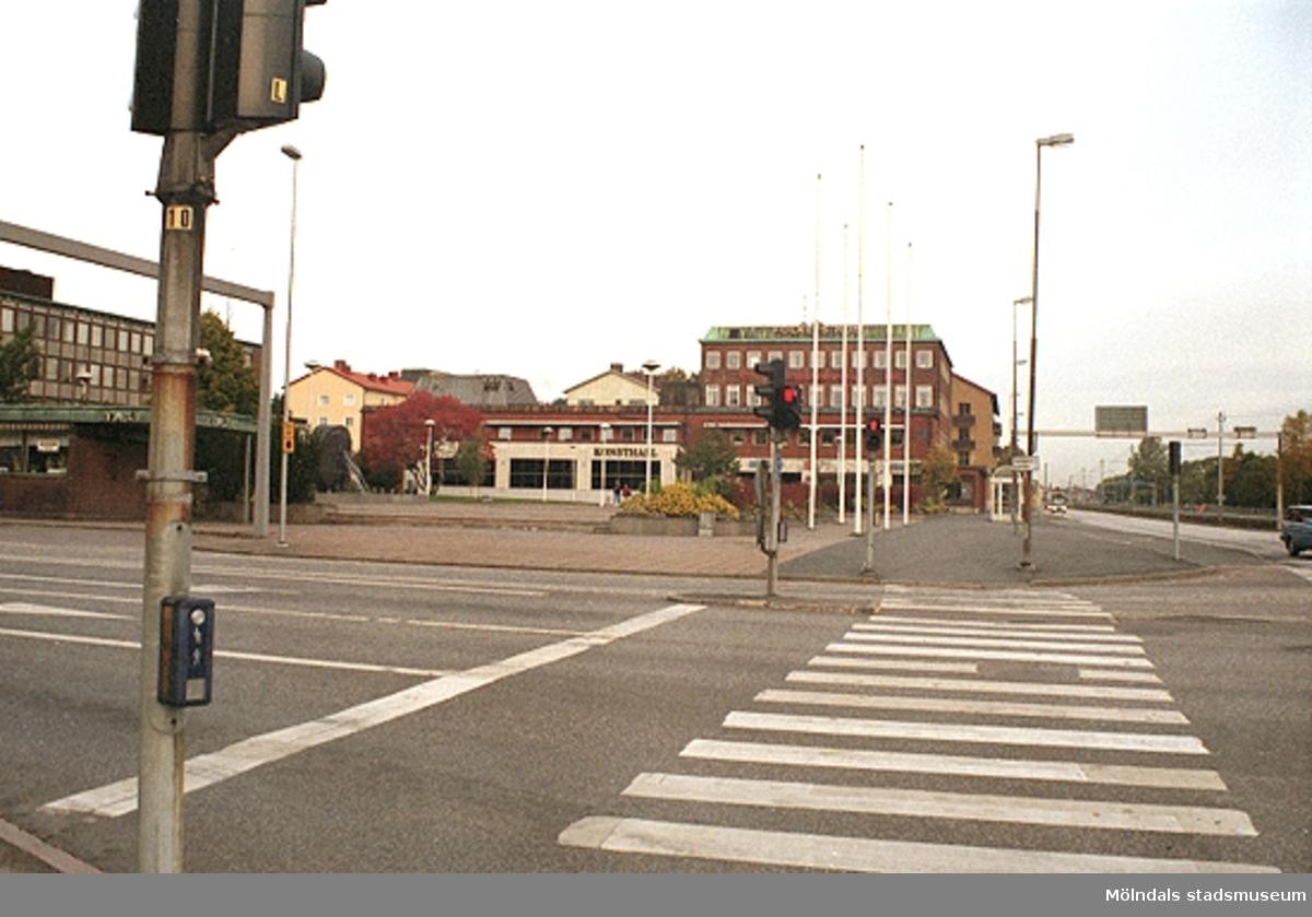 Mölndalsbro i dag - ett skolpedagogiskt dokumentationsprojekt på Mölndals museum under oktober 1996. 1996_1301-1319 är gjorda av högstadieelever från Åbyskolan 8A, grupp 4. Se även 1996_0913-0940, gruppbilder på klasserna 1996_1382-1405 och bilder från den färdiga utställningen 1996_1358-1381.
