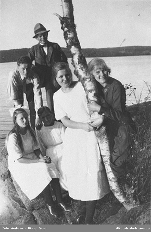 Gertrud Andersson (gift Larsson) till höger, med vänner på utflykt till Rådasjön, ca 1925.