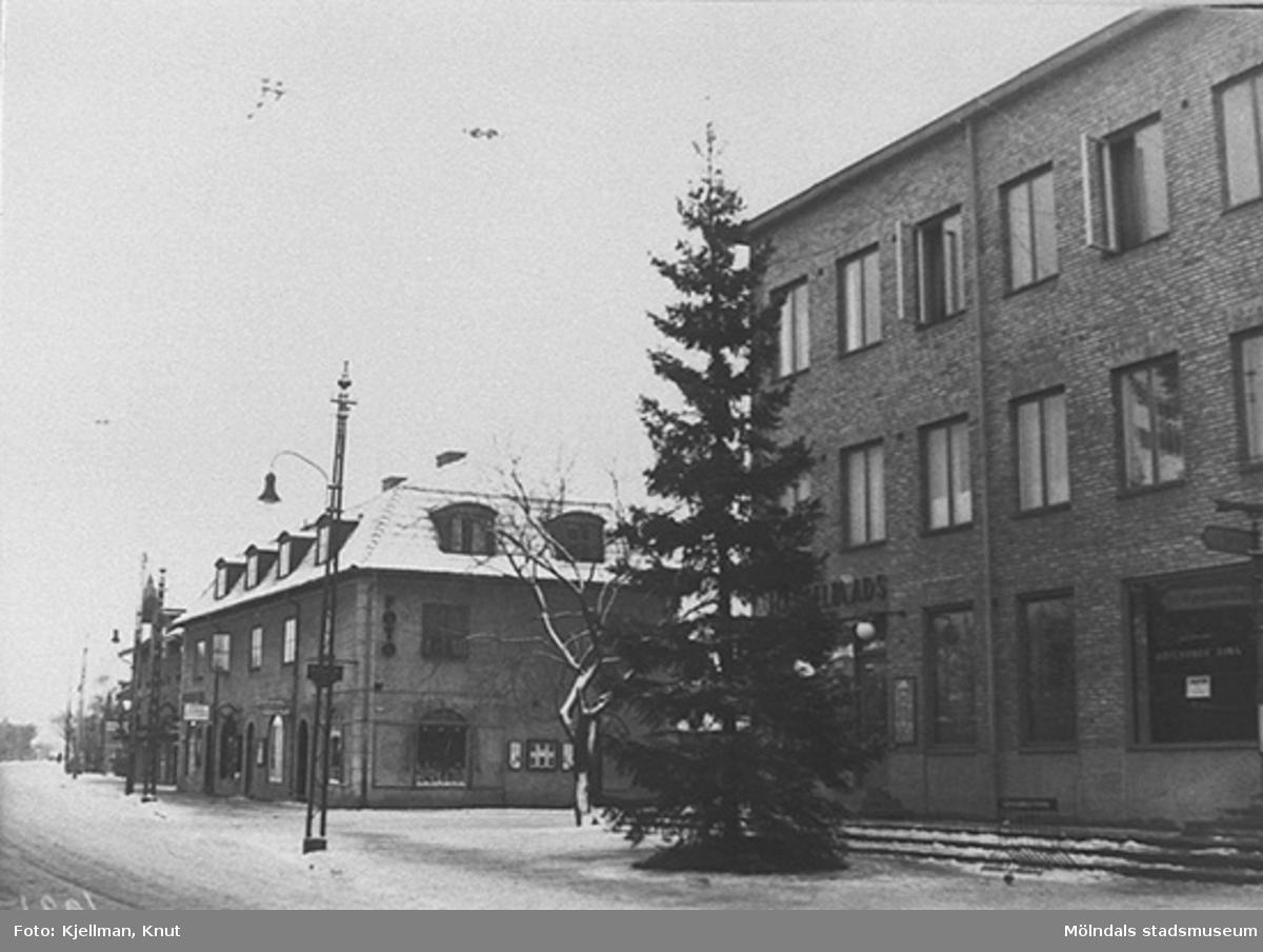 Julgranen vid Mölndalsbro, 1930-40-tal. Från vänster ses E. & K. Karlssons järnhandel (Kungsbackavägen 6) och sedan Hantverkshuset (Kungsbackavägen 4 och 2).