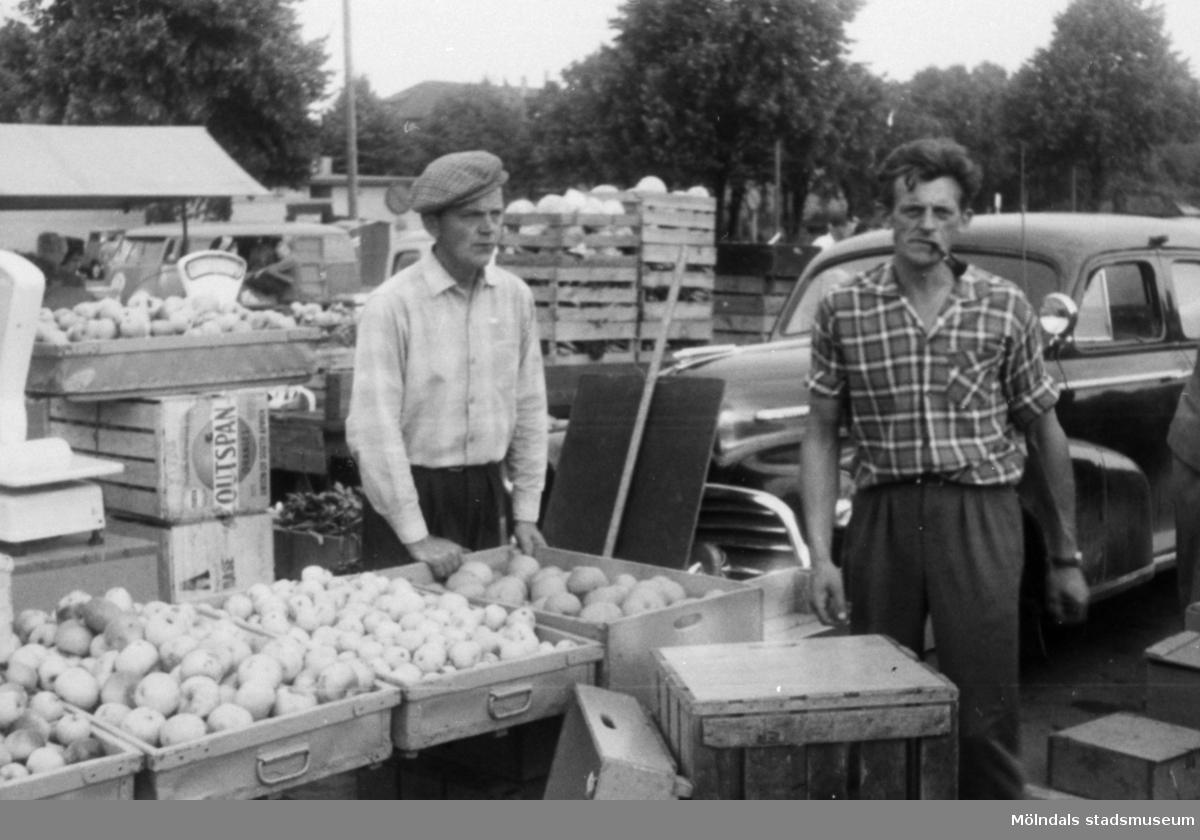 Torghandel på Nya torget, 1960-tal. Till vänster står Evert Andersson (i keps) från Fässberg Västergården.