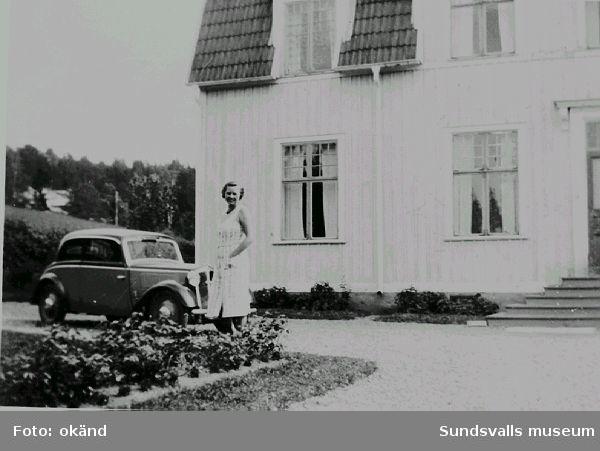 Exteriör från ingenjörsbostad vid Nensjö Cellulosa AB. Huset rymde två lägenheter, 1 på bottenvåningen, den andra på övre planet.. På gårdsplanen familjen Bolins första bil, en förkrigs DKW här med fru Greta Bolin.