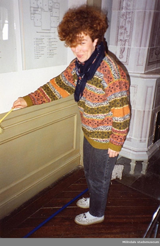 Ulla Hasselqvist städar i fru Halls toalett, herr Halls sängkammare, ovala vestibulen och östra förmaket på övre våningen (rum nr 25, 44, 21 och 53). Cirka 1993.