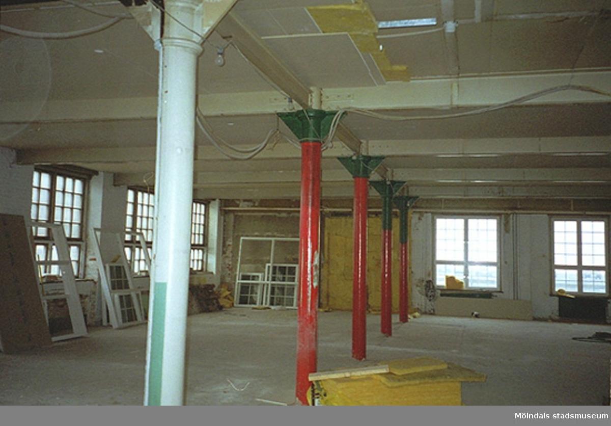 En stor sal i en industribyggnad, Göteborgsvägen 52, november 1994.