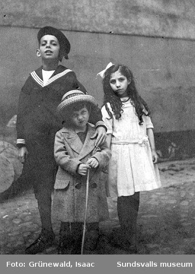 Iván Grünewald (f. 1911) med kusinerna Sicke (eller Svenne) och Elsa, troligen våren 1915.
