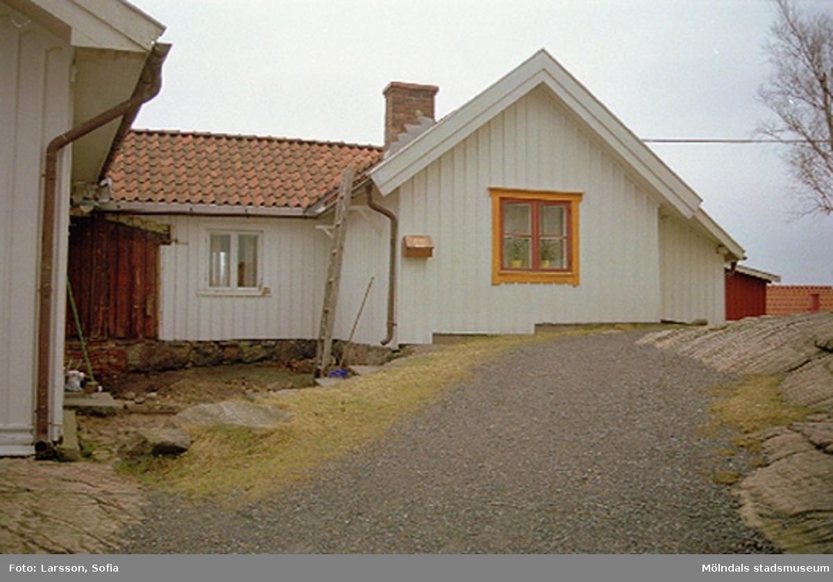 Bostadshus och berg. Rosendal 12 på Stockliden 7, 2002-03-15.