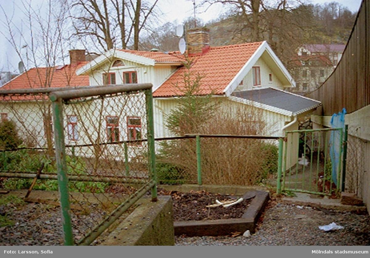 Man ser, genom staketet, byggnad 219 som är före detta mästarebostad samt läkarbostad på Forsåkersgatan 2C (idag: Norra Forsåkersgatan 2C).