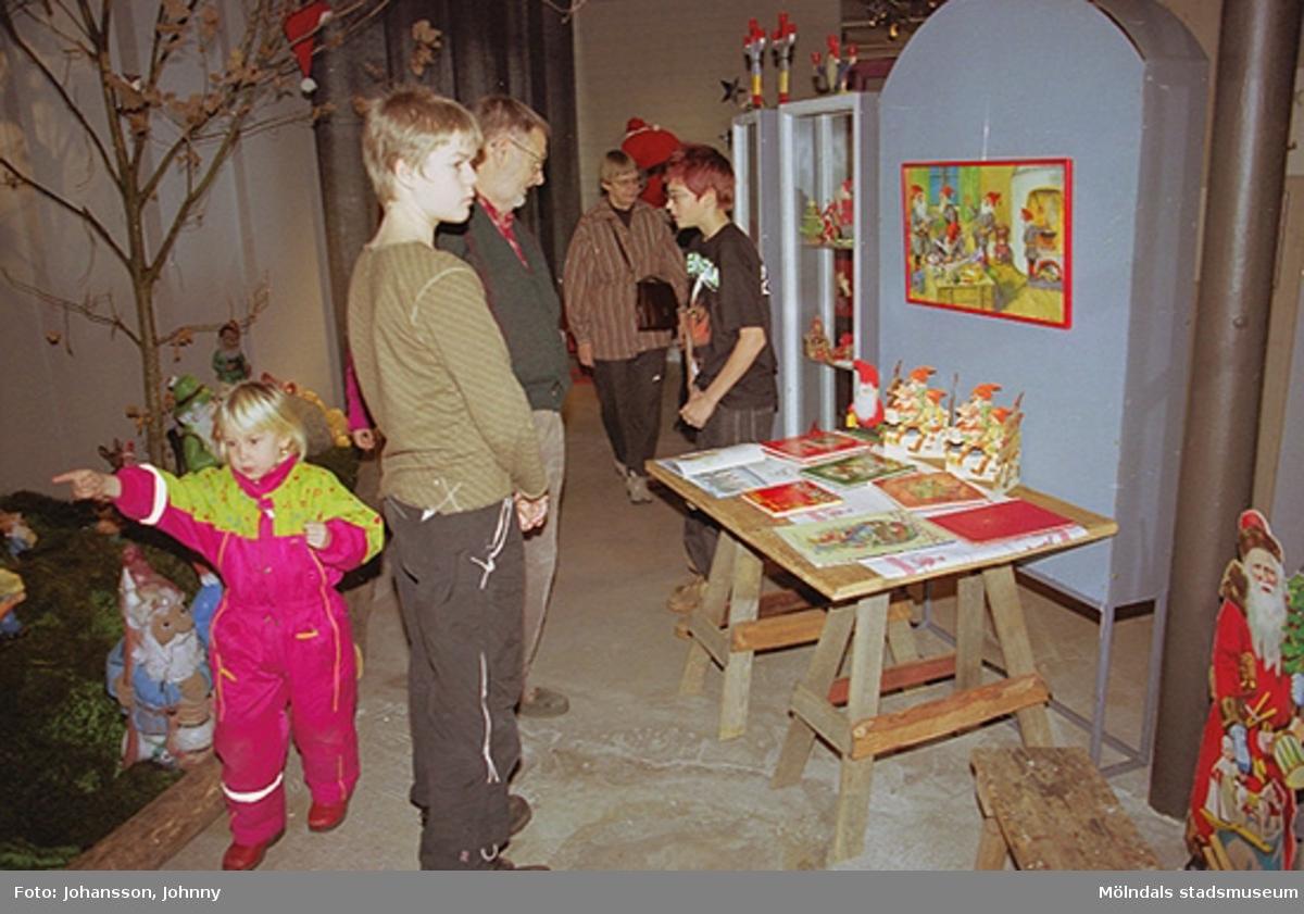 Besökare vid invigningen av tomteutställning på Mölndals museum 2002-11-30.Tomteutställningen: 30/11-02 - 1/1-03.