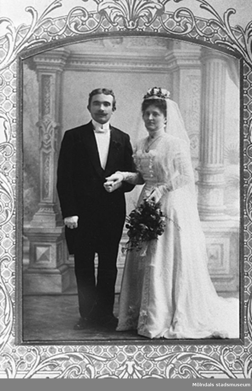 1909, 9 oktober. Brudparet Nora och Carl Krantz, Fjällbacka.Brudparet är morföräldrar till givaren Karin Hansson f Pettersson.