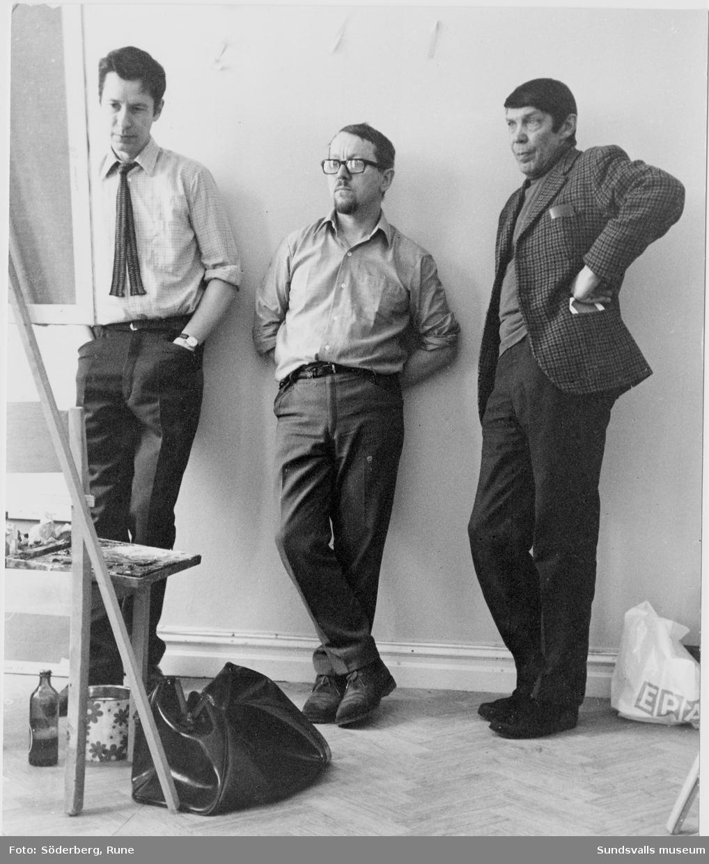 Tre konstnärer studerar en målning på Kollektivverkstaden i Sundsvall. I mitten Hans-Erik Öberg och till höger Sune Blomqvist.